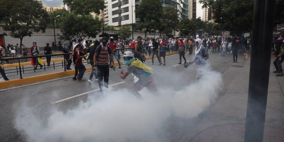 AME537. CARACAS (VENEZUELA), 23/01/2019.- Manifestantes se enfrentan al Policía Nacional Bolivariana durante una protesta contra el presidente de Venezuela, Nicolás Maduro, este miércoles en Caracas (Venezuela). La movilización convocada por la oposición se realiza en 23 estados del país y el Distrito Capital para desconocer la legitimidad del segundo mandato del presidente, que acaba de comenzar. EFE/ Miguel Gutiérrez