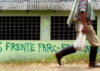 BOG04. CALOTO (COLOMBIA), 19/07/2012.- Un hombre camina hoy, jueves 19 de julio de 2012, en la vereda Huasanó del municipio de Caloto (Colombia). En el Cauca, departamento ubicado en el conflictivo suroeste de Colombia y habitado en buena parte por indígenas, confluyen todos los factores que han impedido detener el sangriento conflicto armado de Colombia en los últimos 50 años: guerrillas, paramilitares, narcotráfico, minería ilegal y usurpación de tierras. EFE/CHRISTIAN ESCOBAR MORA