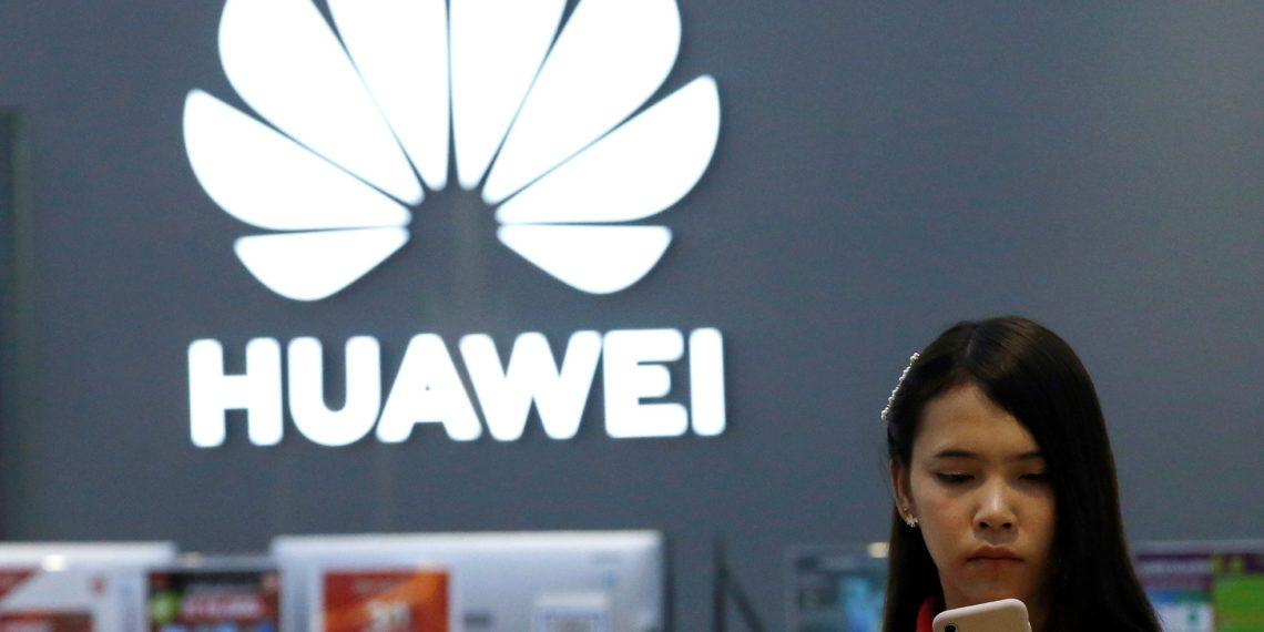 """RUN1050. BANGKOK (TAILANDIA), 21/05/2019.- Una empleada revisa un teléfono Huawei en una tienda de la marca en Bangkok (Tailandia), este martes. Huawei restó este martes importancia a que las restricciones estadounidenses vayan a afectar a sus productos o al despliegue de la tecnología 5G, en la que la empresa china dice aventajar en """"dos o tres años"""" a sus competidores. EFE/ Rungroj Yongrit"""