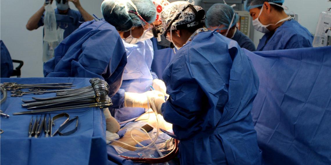Los cirujanos tuvieron que realizar un procedimiento de alta complejidad para instalar el corazón artificial. Foto: EFE.
