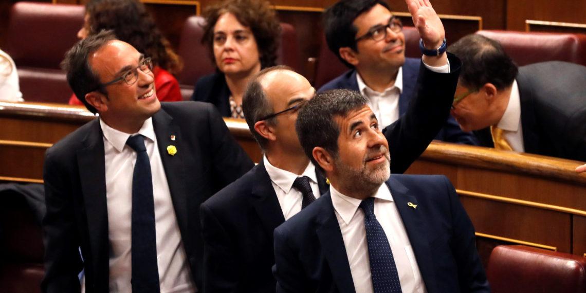 Los diputados electos catalanes en prisión preventiva Jose Rull, Jordi Turull, y Jordi Sánchez, i-d., en los escaños del Congreso de los Diputados