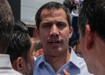 Juan Guaidó saluda a sus simpatizantes durante un acto este sábado, en Guatire (Venezuela).  EFE/ Rayner Peña