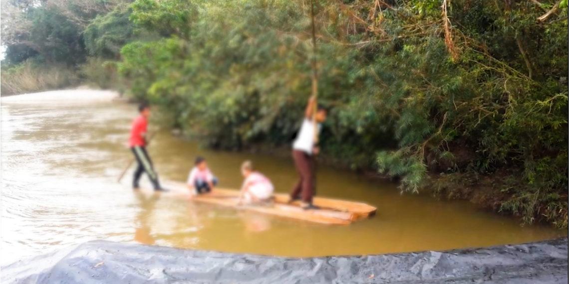 Niños cruzando el río en Norte de Santander (Colombia). Foto: Captura de Pantalla.