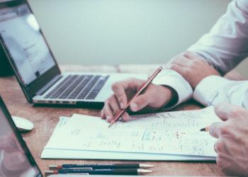 Expertos consideran que la implementación de la Inteligencia Artificial podría generar una semana laboral de solo tres días. Foto: Pixabay.