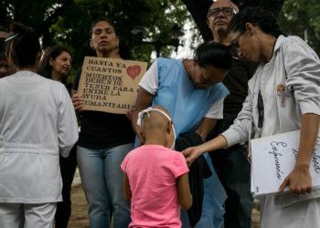 27/05/2019.- Un grupo de personas participan este lunes en una manifestación frente al Hospital de Niños José Manuel de los Ríos, por falta de trasplantes y tratamientos médicos Caracas (Venezuela). EFE/MIGUEL GUTIERREZ