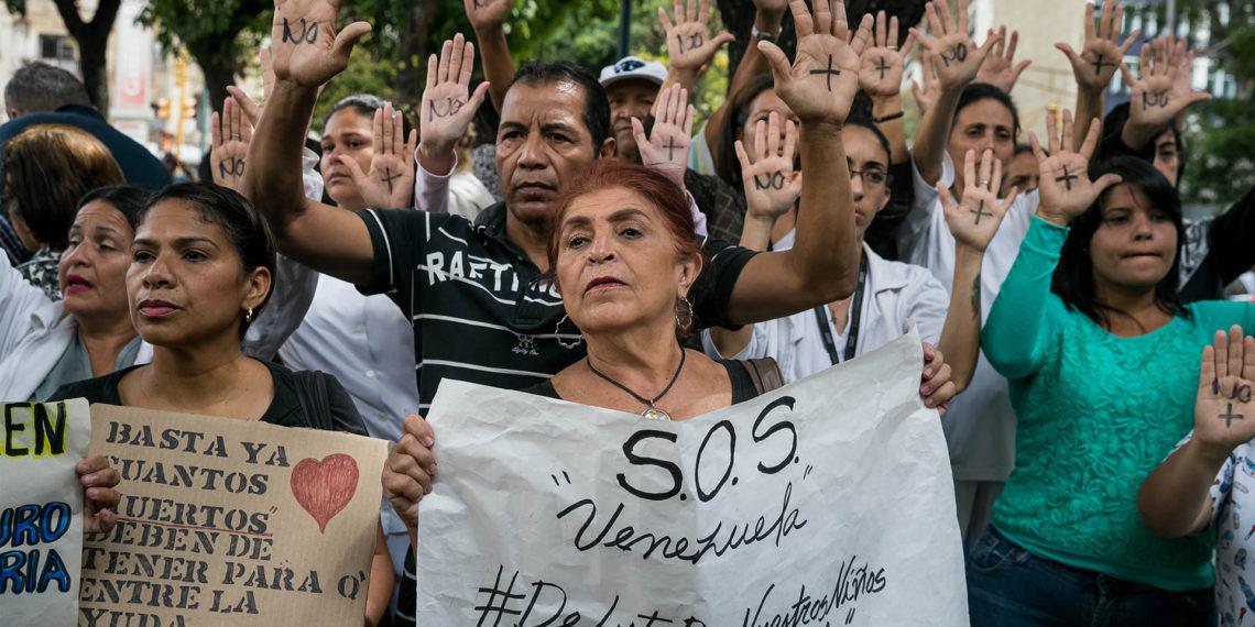 Un grupo de personas participan este lunes en una manifestación frente al Hospital de Niños José Manuel de los Ríos, por falta de trasplantes y tratamientos médicos en Caracas (Venezuela). EFE/MIGUEL GUTIERREZ