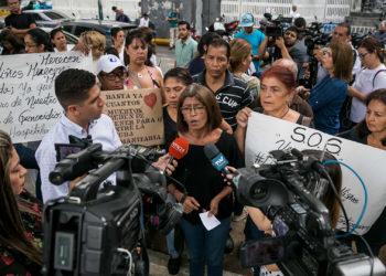 (VENEZUELA), 27/05/2019.- Un grupo de personas participan este lunes en una manifestación frente al Hospital de Niños José Manuel de los Ríos.  EFE/MIGUEL GUTIERREZ