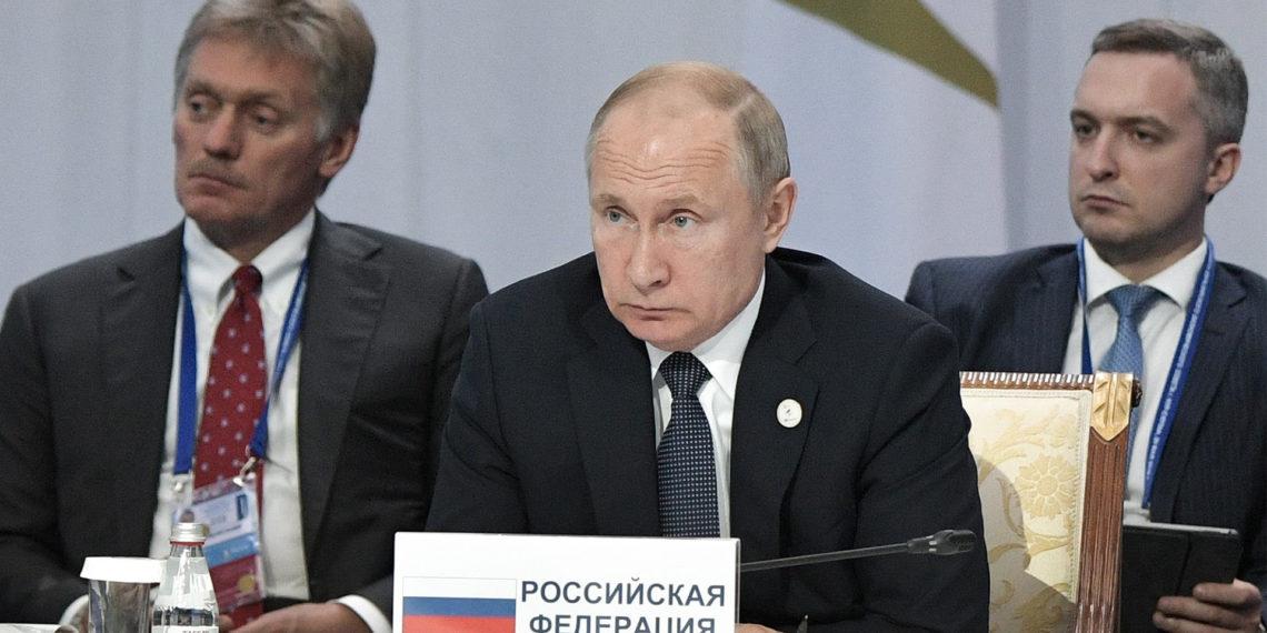 (KAZAJISTÁN), 29/05/2019.- El presidente ruso, Vladímir Putin (c), acompañado del portavoz del Kremlin, Dmitri Peskov (i), y el viceministro ruso de Desarrollo Económico, Timur Maksimov (d), durante una reunión del Consejo Supremo de la Unión Económica Euroasiática.  EFE/ Alexey Nikolsky / Sputnik Pool/ Kremlin CRÉDITO OBLIGATORIO