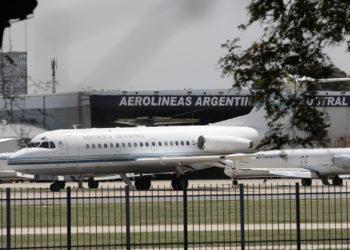 BUENOS AIRES (ARGENTINA), 30/05/2019.- Fotografía de archivo del 17 de diciembre de 2008, muestra un avión de la presidencia del gobierno de Argentina, que pasa frente a los hangares de Aerolíneas Argentinas. EFE/Cézaro De Luca/ARCHIVO