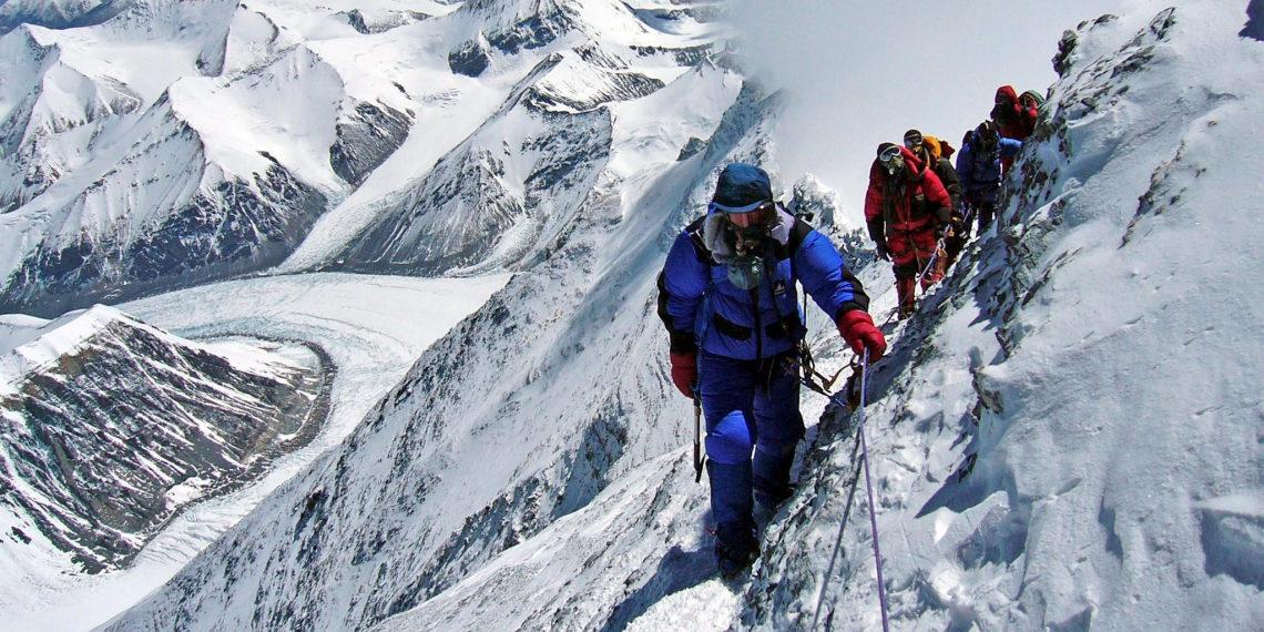 Alpinistas subiendo al Monte Everest. Foto: archivo EFE.