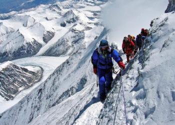 Lo impensable: se forma atasco para subir a la cima del Everest