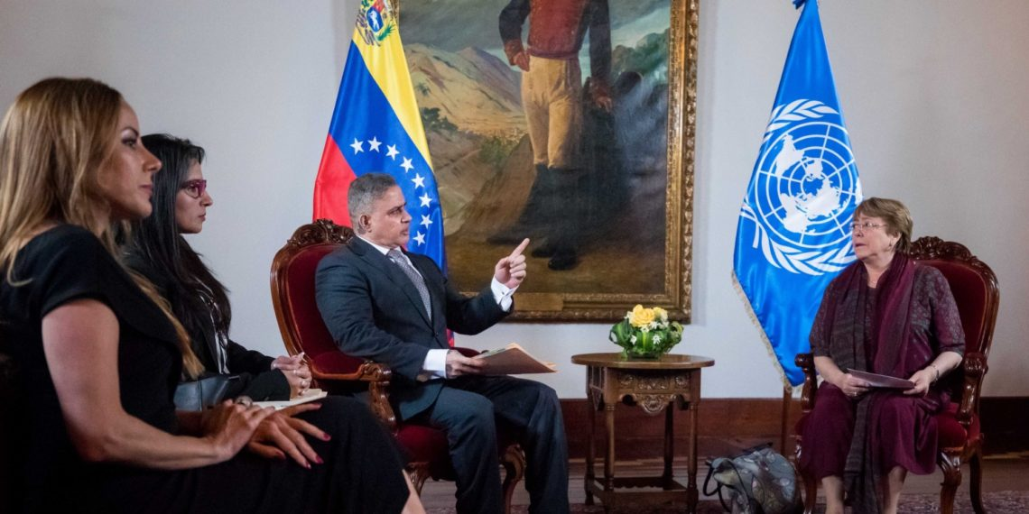 (VENEZUELA), 20/06/2019.- La alta comisionada de Naciones Unidas para los derechos humanos, Michelle Bachelet (d), y el fiscal general, Tarek William Saab.  EFE/ Miguel Gutiérrez