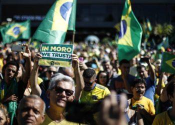 AME2098. RÍO DE JANEIRO (BRASIL), 30/06/2019.- Decenas de personas participan en una multitudinaria concentración este domingo, para manifestar el apoyo ciudadano al gobierno del presidente brasileño, Jair Bolsonaro, en la Orla de Copacabana, en Río de Janeiro (Brasil). Las movilizaciones en apoyo al Gobierno se replicaron en diferentes ciudades brasileñas. EFE/ Antonio Lacerda