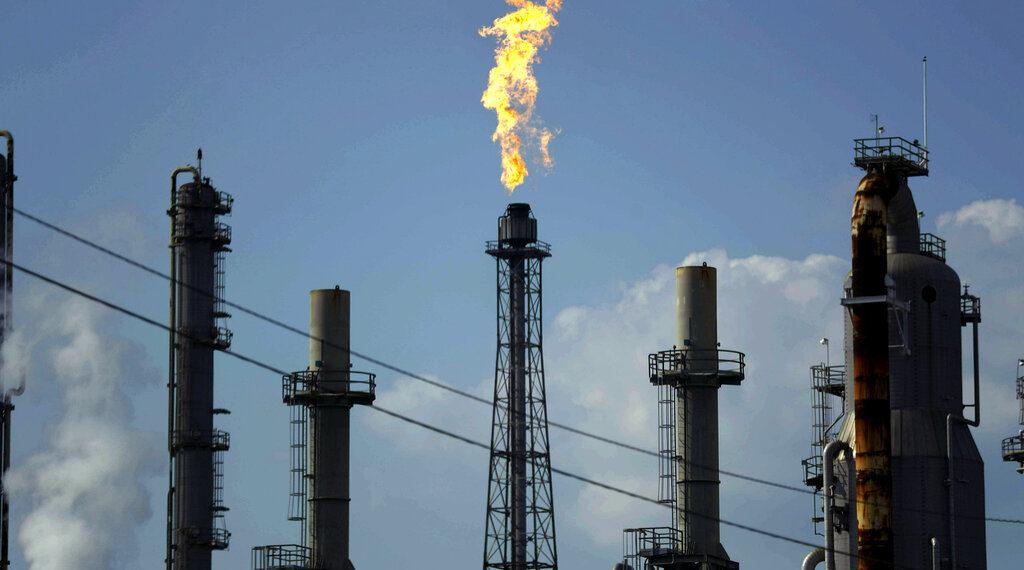 En esta fotografía de archivo de este 31 de agosto de 2017, una llama arde en la refinería de petróleo Shell Deer Park en Deer Park, Texas. Irán ha incrementado sus ciberataques ofensivos contra el gobierno de Estados Unidos y su infraestructura crítica a medida que han aumentado las tensiones entre las dos naciones, dicen las empresas de ciberseguridad. (Foto AP/Gregory Bull, Archivo)