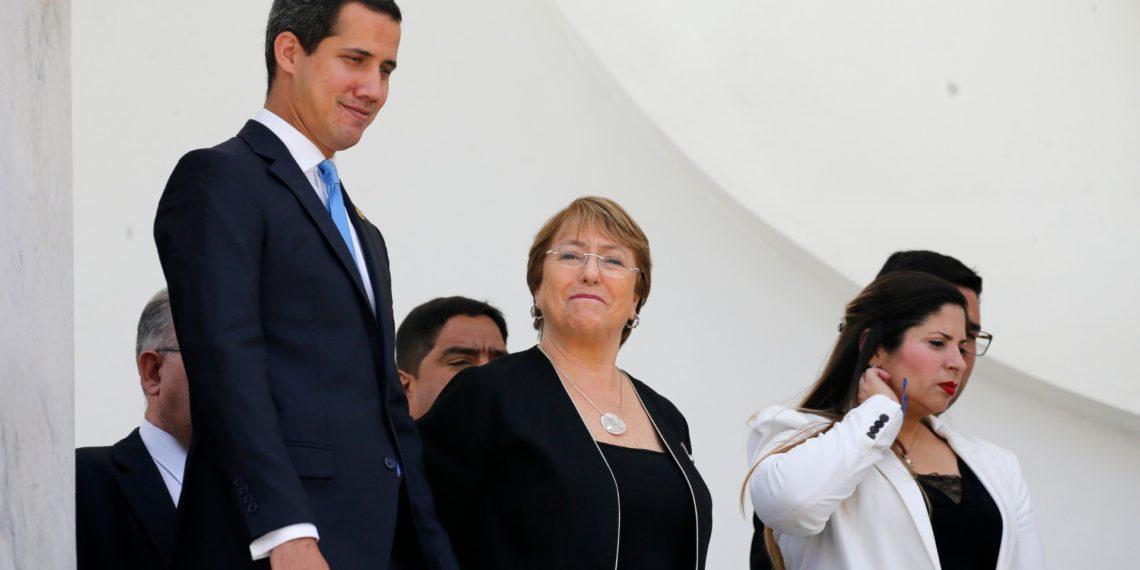 La Alta Comisionada de las Naciones Unidas para los Derechos Humanos, Michelle Bachelet, en el centro, camina con el autoproclamado presidente interino de Venezuela, Juan Guaidó, a la izquierda, en las escaleras de la Asamblea Nacional. AP Foto / Ariana Cubillos