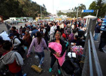 Venezolanos inundan puestos fronterizos en Ecuador y Perú