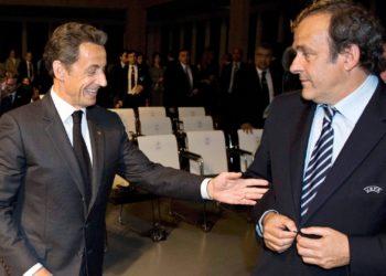 Foto de archivo del entonces presidente de la UEFA Michel Platini (dcha) mientras conversa con el entonces presidente galo Nicolas Sarkozy (izq) tras el anuncio del país organizador del Europeo de fútbol UEFA EURO 2016 en Ginebra (Suiza) el 28 de mayo de 2010. EFE