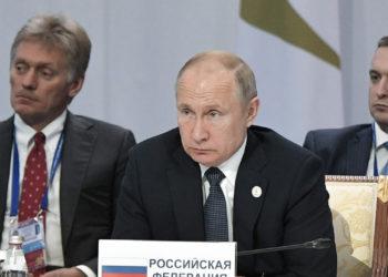 El presidente ruso, Vladímir Putin (c), acompañado del portavoz del Kremlin, Dmitri Peskov (i), y el viceministro ruso de Desarrollo Económico, Timur Maksimov (d).
