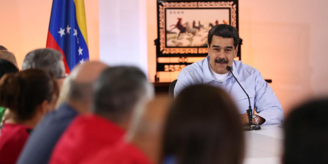 El mandatario venezolanos, Nicolás Maduro, con su equipo de trabajo.