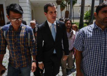 El jefe del Parlamento venezolano, Juan Guaidó (c), llega al Palacio Federal Legislativo este martes, en Caracas (Venezuela). EFE | Rayner Peña