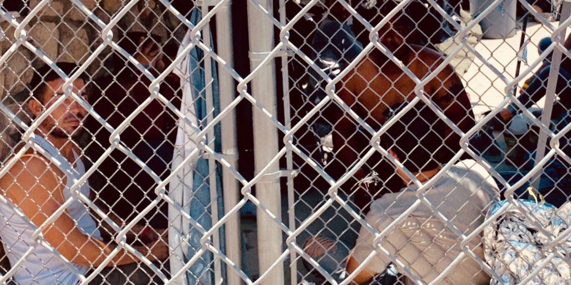 """Fotografía cedida  a EFE este jueves por el profesor Neal Rosendorf, de la Universidad del estado de Nuevo México (EE.UU.), quien comparó con un """"campo de concentración"""" la situación de los migrantes que descubrió detenidos a la intemperie cerca del puente internacional Paso del Norte en El Paso, Texas (EE.UU.)."""