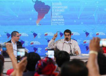 Fotografía cedida por prensa de Miraflores donde se observa al presidente de Venezuela, Nicolás Maduro (c); el canciller, Jorge Arreaza (i); y el gobernador del estado Miranda, Héctor Rodríguez (d). EFE