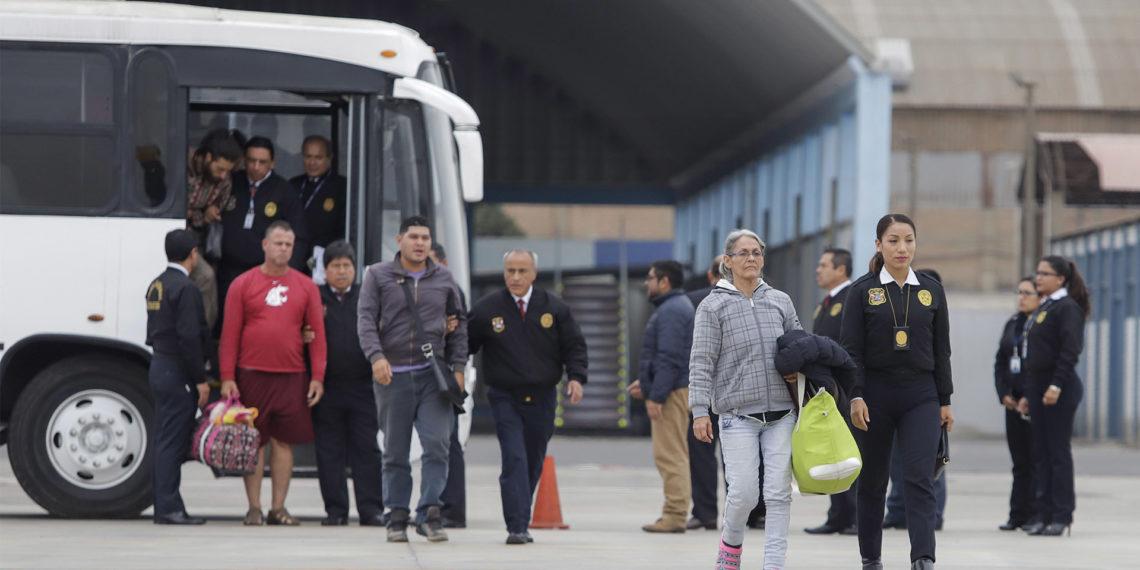 LIMA (PERÚ), 06/06/2019.- Fotografía cedida por la presidencia de Perú que muestra a un grupo de ciudadanos venezolanos mientras son conducidos a un avión militar para ser deportados a su país este jueves. EFE/ Andrés Valle / Presidencia Del Perú SOLO USO EDITORIAL NO VENTAS