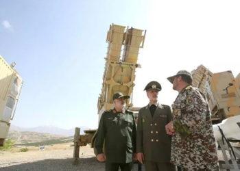 Fotografía facilitada por el Ministerio de Defensa de Irán, del ministro iraní de Defensa, Amir Hatamí (c). EFE