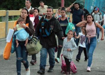 Una familia venezolana cruza a Colombia por el Puente Internacional Simón Bolivar en Cúcuta.  / EFE