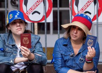 Activistas a favor de Guaidó afuera de la embajada de Venezuela en Washington (Foto: EFE)