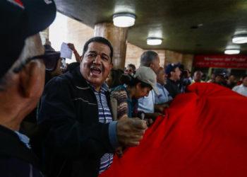 CARACAS (VENEZUELA), 10/06/2019.- Trabajadores del sector de la salud protestan exigiendo la distribución del insumos médicos y presupuestos a los hospitales. EFE/ Rayner Peña R.