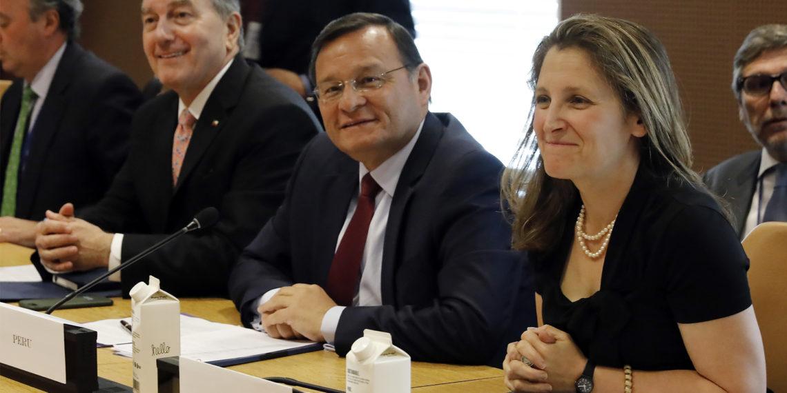 El canciller chileno Roberto Ampuero, izquierda, su hom logo peruano Nestor Popolizio, y la canciller canadiense Chrystia Freeland, miembros del Grupo de Lima, son fotografiados antes de una reuni n en Naciones Unidas el lunes 3 de junio de 2019. (AP Foto/Richard Drew)