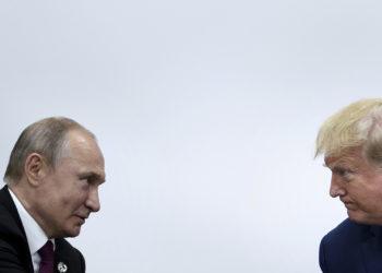 Presidente de los EEUU, Donald Trump, con el mandatario ruso, Vladimir Putin en encuentro en Cumbre G20 - 2019. Brendan Smialowski / AFP