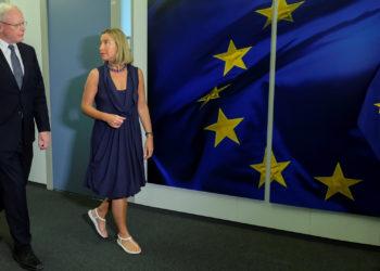 . BRUSELAS (BÉLGICA), 28/06/2019.- La alta representante de la UE para la Política Exterior, Federica Mogherini (d), acompaña al enviado especial de Estados Unidos para Siria, James Jeffrey. EFE/ Olivier Hoslet / Pool