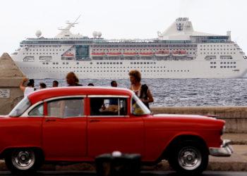 LA HABANA (CUBA), 04/06/2019.- Fotografía de archivo del 22 de mayo de 2017 muestra un crucero con turistas que pasan frente al Malecón en La Habana (Cuba). EFE/Ernesto Mastrascusa