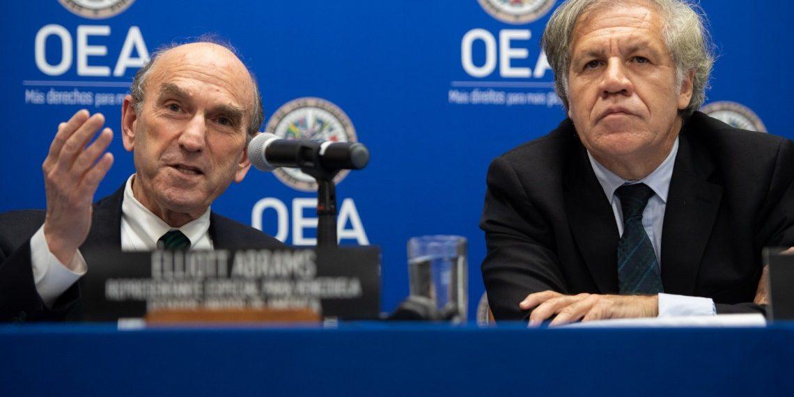 Secretario general de la OEA, Luis Almagro, con el enviado especial por los EEUU para asuntos relacionados a Venezuela, Elliott Abrams. Crédito: SAUL LOEB | AFP