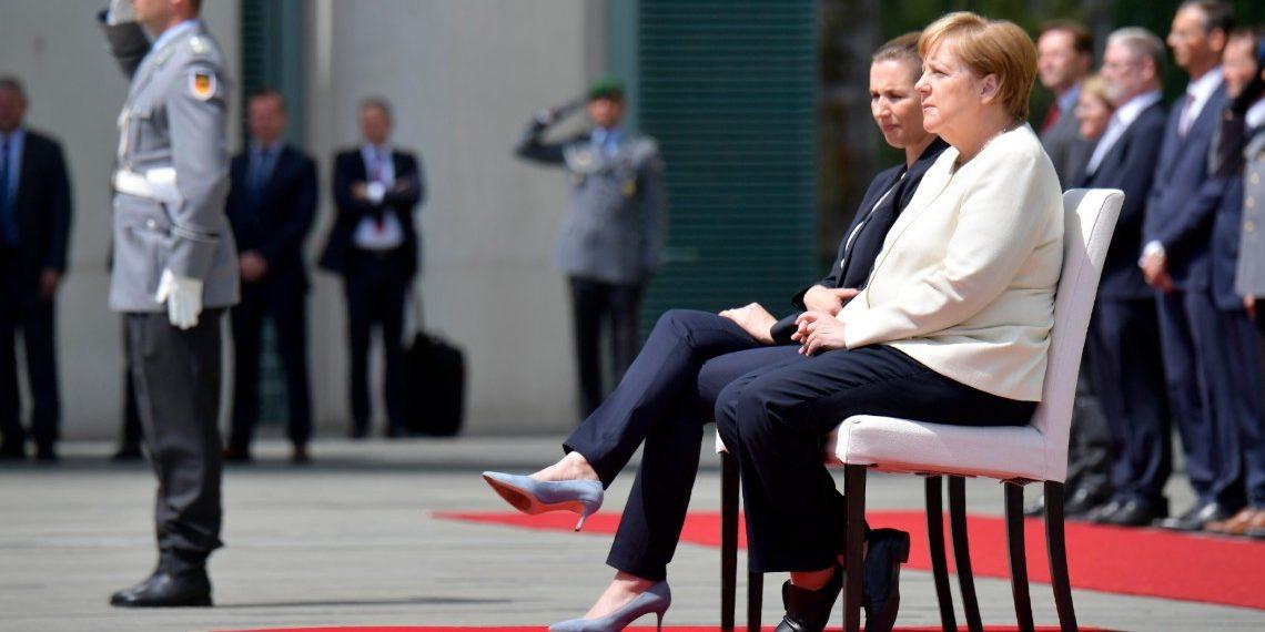 Canciller alemana, Angela Merkel, se sienta en acto público. Crédito: Tobias SCHWARZ | AFP