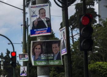 Carteles de campaña mostrando a los candidatos a la presidencia de Guatemala, Alejandro Giammattei, del partido Vamos, y Sandra Torres, del Unidad Nacional de la Esperanza (UNE), el sábado 10 de agosto de 2019 en Ciudad de Guatemala. (AP Foto/Oliver de Ros)