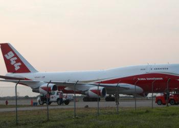 El avión cisterna apoyará las labores de extinción de incendios en la Amazonía. Foto: AP