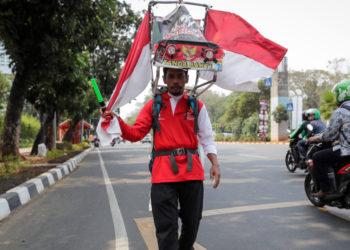 Activista indonesio pide proteger y salvar un bosque. Foto: EFE