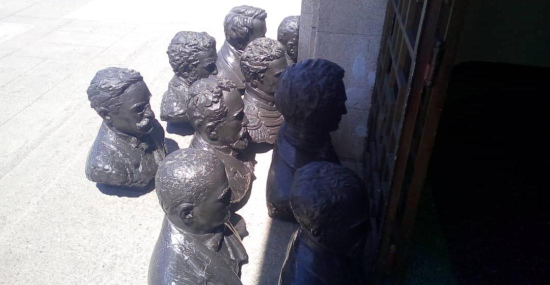 Bustos de próceres venezolanos en el piso del Observatorio Cagigal- Cortesía: Punto de corte