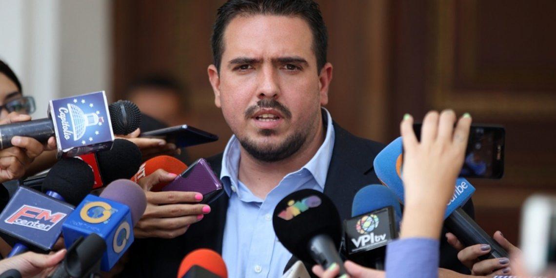 Stalin González dijo que Maduro juega con la libertad de los presos políticos como si fueran «barajitas»