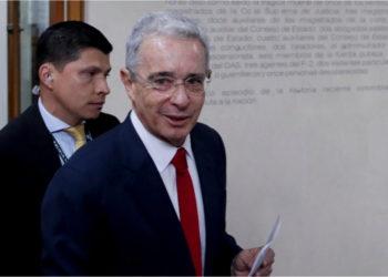 El expresidente de Colombia, Álvaro Uribe, en la Corte Suprema de Justicia. Foto: AP