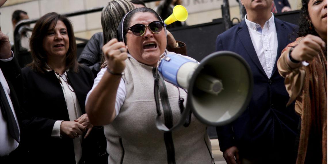 Monja Adriana Torres apoyando al expresidente Álvaro Uribe. Foto: AP