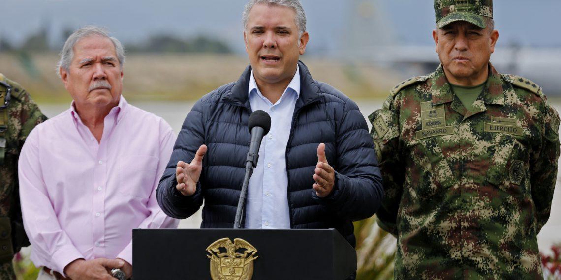 El presidente de Colombia, Iván Duque, acompañado por su ministro de Defensa, Guillemo Botero (i), y el comandante de las Fuerzas Militares de Colombia, mayor general Luis Fernando Navarro (d). Foto: AP