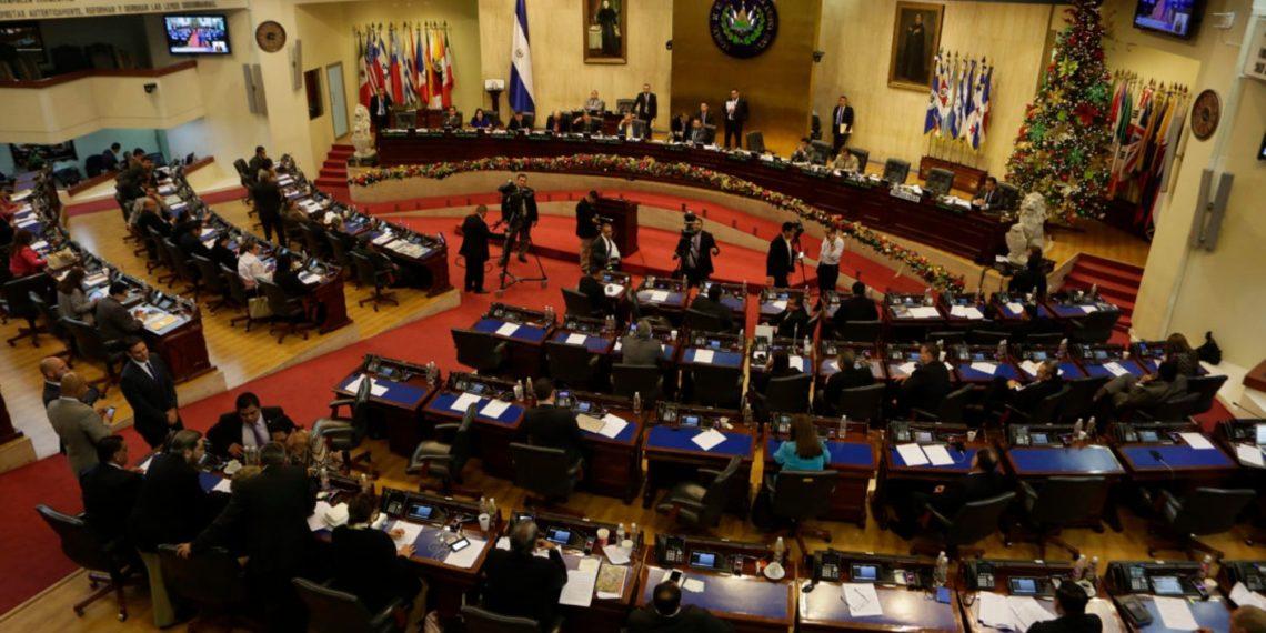 Congreso de El Salvador respalda a Bukele en no reconocer a Maduro