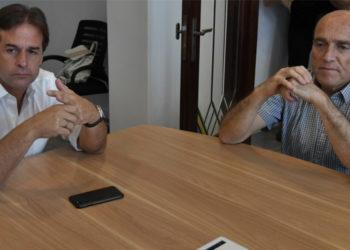 El presidente electo de Uruguay, Luis Lacalle Pou, y su contendor en los comicios presidenciales Daniel Martínez. Foto: AFP
