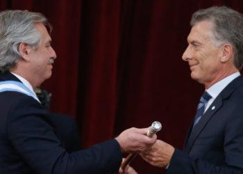 Alberto Fernández recibe el mando presidencial de Argentina por parte de Mauricio Macri. Foto: EFE