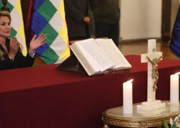 La presidenta interina de Bolivia, Jeanine Áñez en un acto con una biblia. Foto: EFE