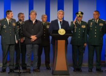 El presidente de Colombia, Iván Duque, acompañado por el ministro de Defensa, Carlos Holmes Trujillo, y la cúpula militar. Foto: EFE